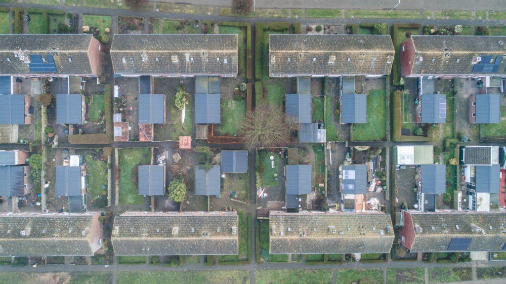 Luchtfoto sloopwoningen Dura Vermeer en WoonFriesland